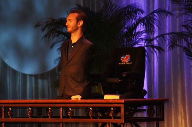 Nick Vujicic born without arms and legs inspires the audience